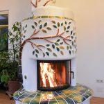 Dieser Heizkamin mit keramischem Baum steht in meinem Wintergarten. Kommen Sie mich besuchen und erleben Sie ihn live