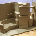 Rohes Modell eines Kachelofens mit Liegefläche