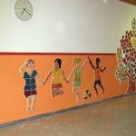 Diese lebensgroßen, keramischen Kinder beleben die VS Mettersdorf am Sassbach