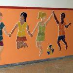 Die lebensgroßen, keramischen Kinder an der VS Mettersdorf sind plastisch, als Relief, modelliert