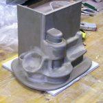 Rohes Modell eines Heizkamins mit Sitzbank und Kuschelecke