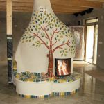 Ein Heizkamin mit fließenden, organischen Formen und keramischem Baum