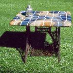 Ein Gartentisch mit handgeschlagener Keramik