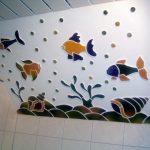 Ein keramisches Aquarium in einem Badezimmer