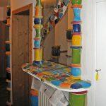 Keramische Säulen bei der Montage. Hier mit einem Spiegel