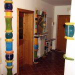Keramische Säulen bei der Montage in einem Vorhaus