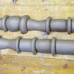 Die rohen Keramikteile werden aneinander angepasst