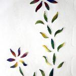 Ein Blütenmotiv aus keramischen Blättern