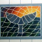 Eine keramische Walfischflosse vor einem Sonnenuntergang fürs Badezimmer