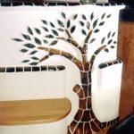 Ein Kachelofen mit keramischem Baum